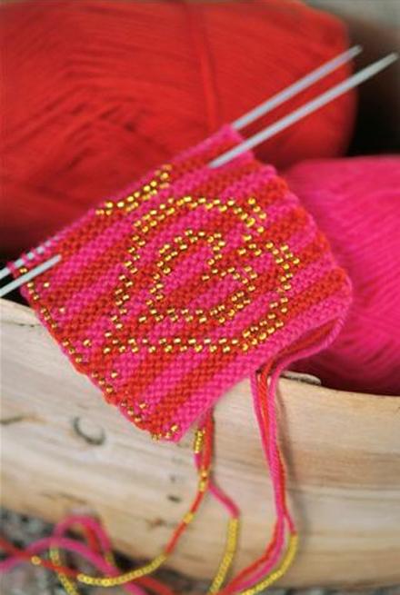 Se TILBUD på lys rosa løstsittende strikket genser på